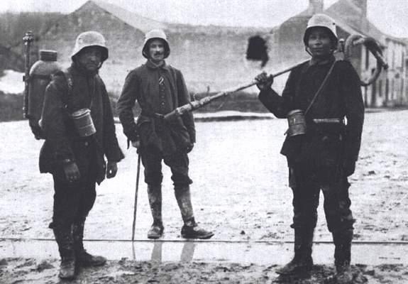 Duitse soldaat met vlammenwerper