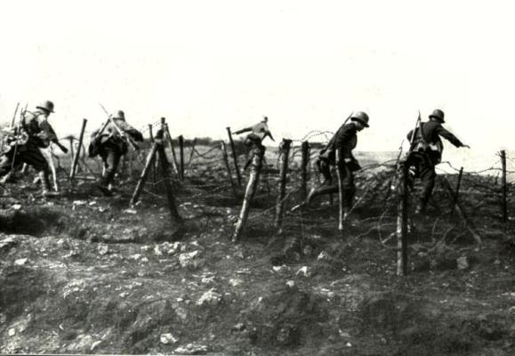 http://www.wereldoorlog1418.nl/warpictures/trenches/images-trenches/15-german-stormtroopers-during-attack-gw000.jpg